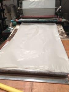 เครื่องตัดถุงพลาสติก ขนาดตามสั่ง ในโรงงานถุงพลาสติก ไทยฮง
