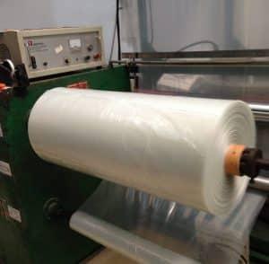 รูปม้วนพลาสติก LDPE เกรด AB1 บนเครื่องหัว PE ของ โรงงานถุงพลาสติก ไทยฮง