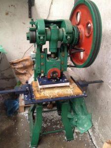 เครื่องปั๊มหัวเสือใน โรงงานผลิตถุงพลาสติก ไทยฮง สำหรับรับทำถุงพลาสติกหูหิ้ว เจาะC หรือเจาะรูต่างๆ
