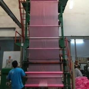 การผลิตม้วนพลาสติกหน้าเดี่ยว โดยวิธีการผ่า 2 ข้างแยกม้วน