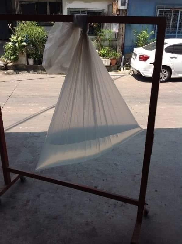 รูปการใส่น้ำและแขวน ถุงพลาสติกขนาดใหญ่ ไว้กับราวเพื่อทดสอบก้นถุง