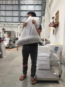 โรงงานผลิตถุงพลาสติก ทำการทดสอบความแข็งแรงของก้นถุงพลาสติก