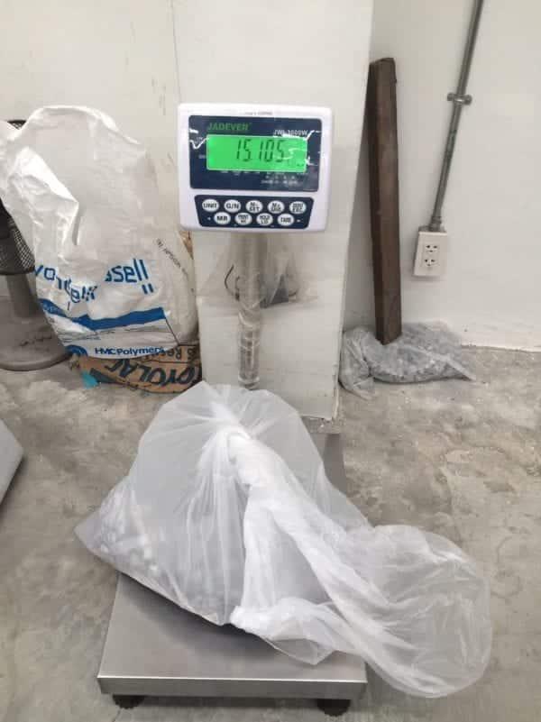 การบรรจุหินน้ำหนัก 15 กิโลกรัม ลงใน ถุงพลาสติกขนาดใหญ่ เพื่อทดสอบความแข็งแรง