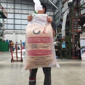 พนักงานของ โรงงานผลิตถุงพลาสติก กำลังยกถุงพลาสติก เพื่อทดสอบความแข็งแรง