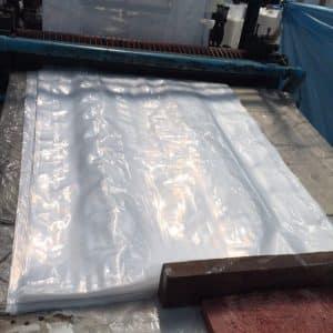 รูปเครื่องตัดถุงพลาสติกใน โรงงานผลิตถุงพลาสติก ไทยฮง ลูกค้าสามารถ สั่งผลิตถุงพลาสติก ตามความยาวที่กำหนดได้