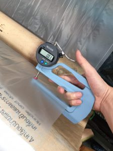 วัดความหนาพลาสติกด้วยไมโครมิเตอร์ สำหรับ การรับผลิตถุงพลาสติก HDPE