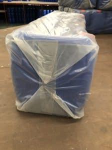 ไทยฮง รับผลิตถุงพลาสติก ตามออเดอร์ของลูกค้า ในรูปลูกค้าใช้ถุง HDPE สีชา บรรจุแกลลอนฟ้า